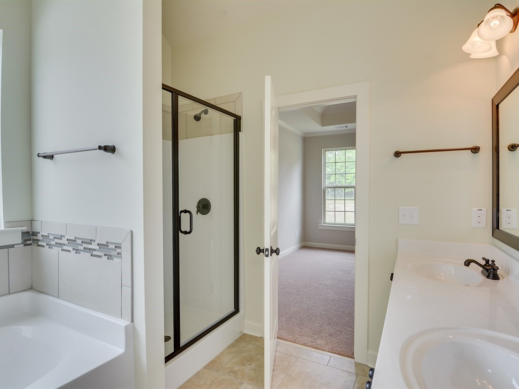 An image of the full bathroom.