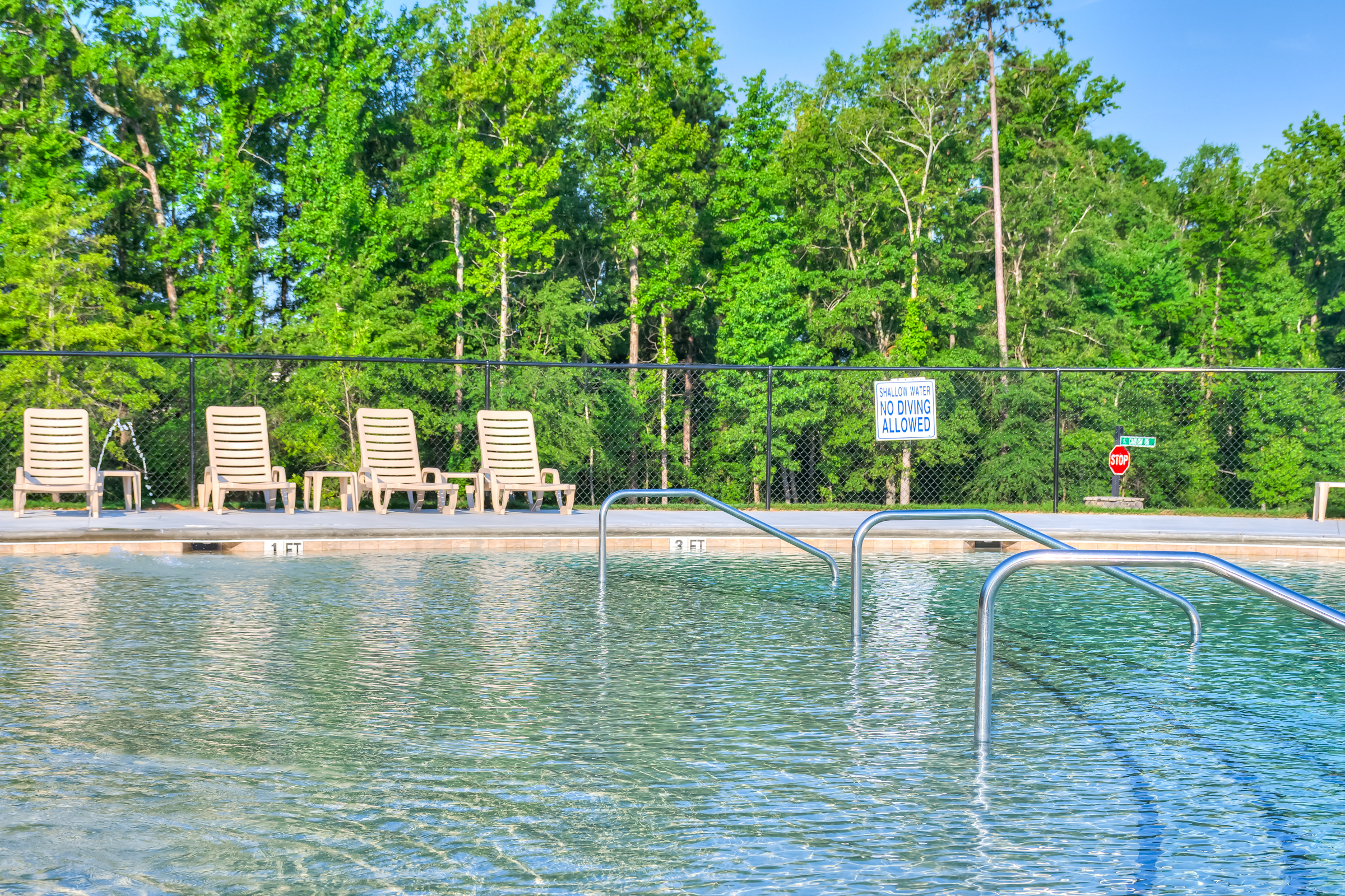 An image of the sun tanning area in the pool at Kelarie.