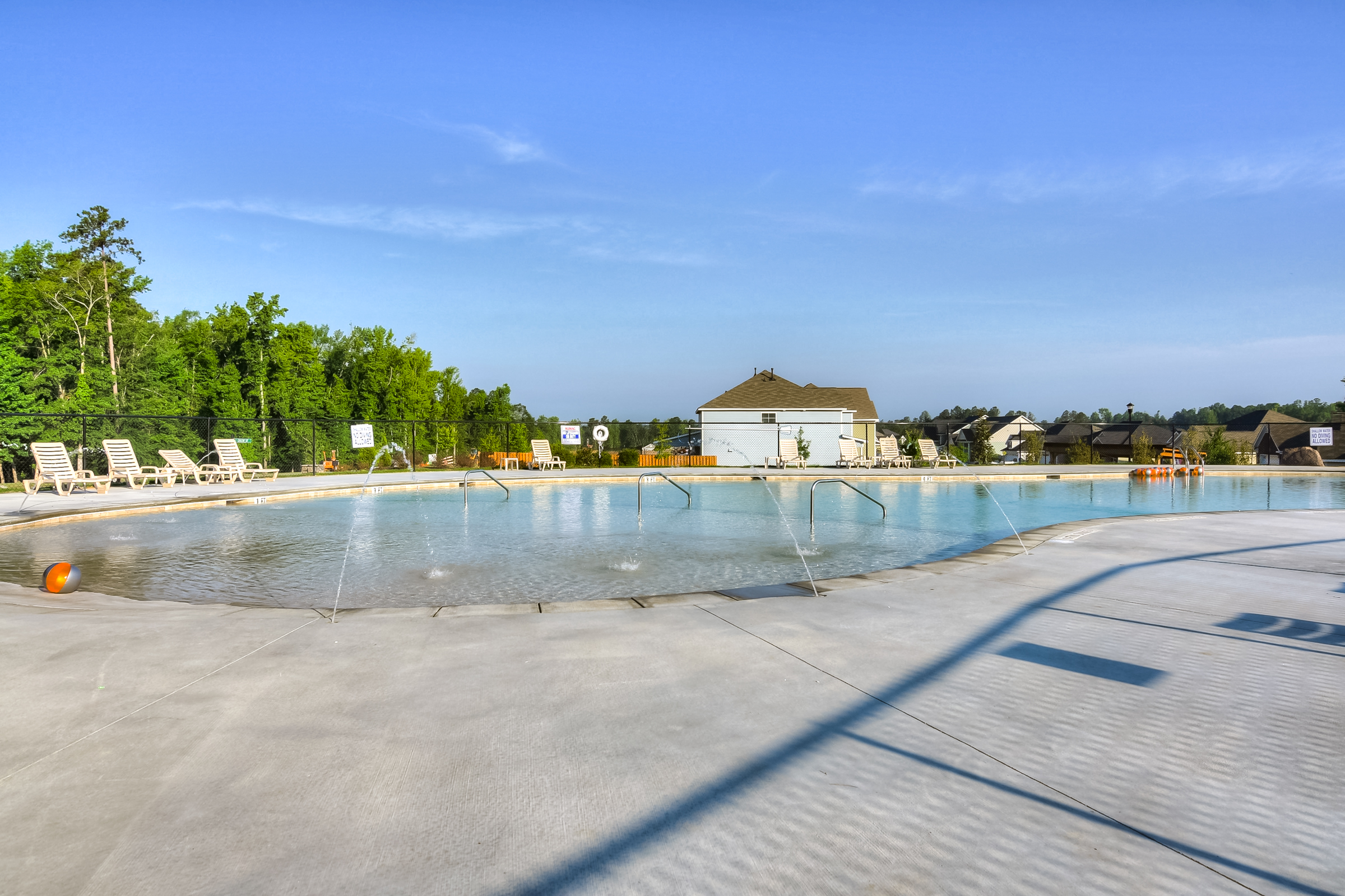 An image of the pool with water fountains at Kelarie.