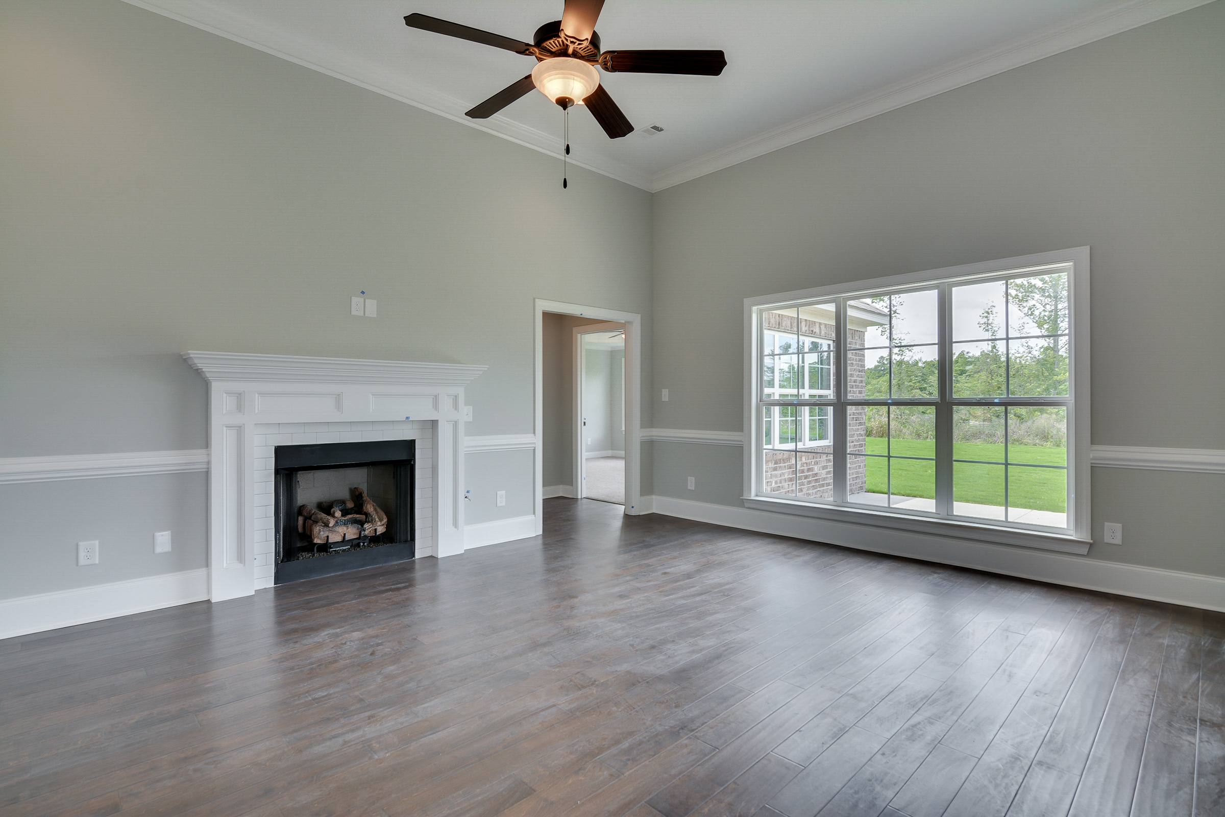 An image of a living room with a fireplace in Kelarie.