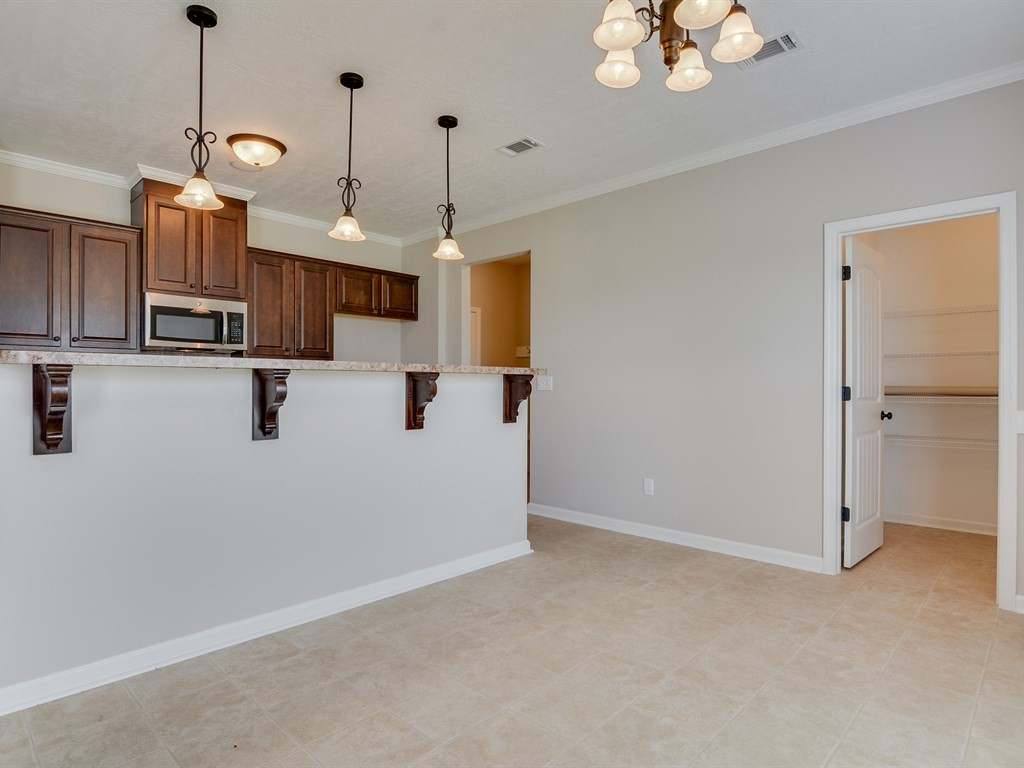 An image of the kitchen in Southhampton home with breakfast bar area.